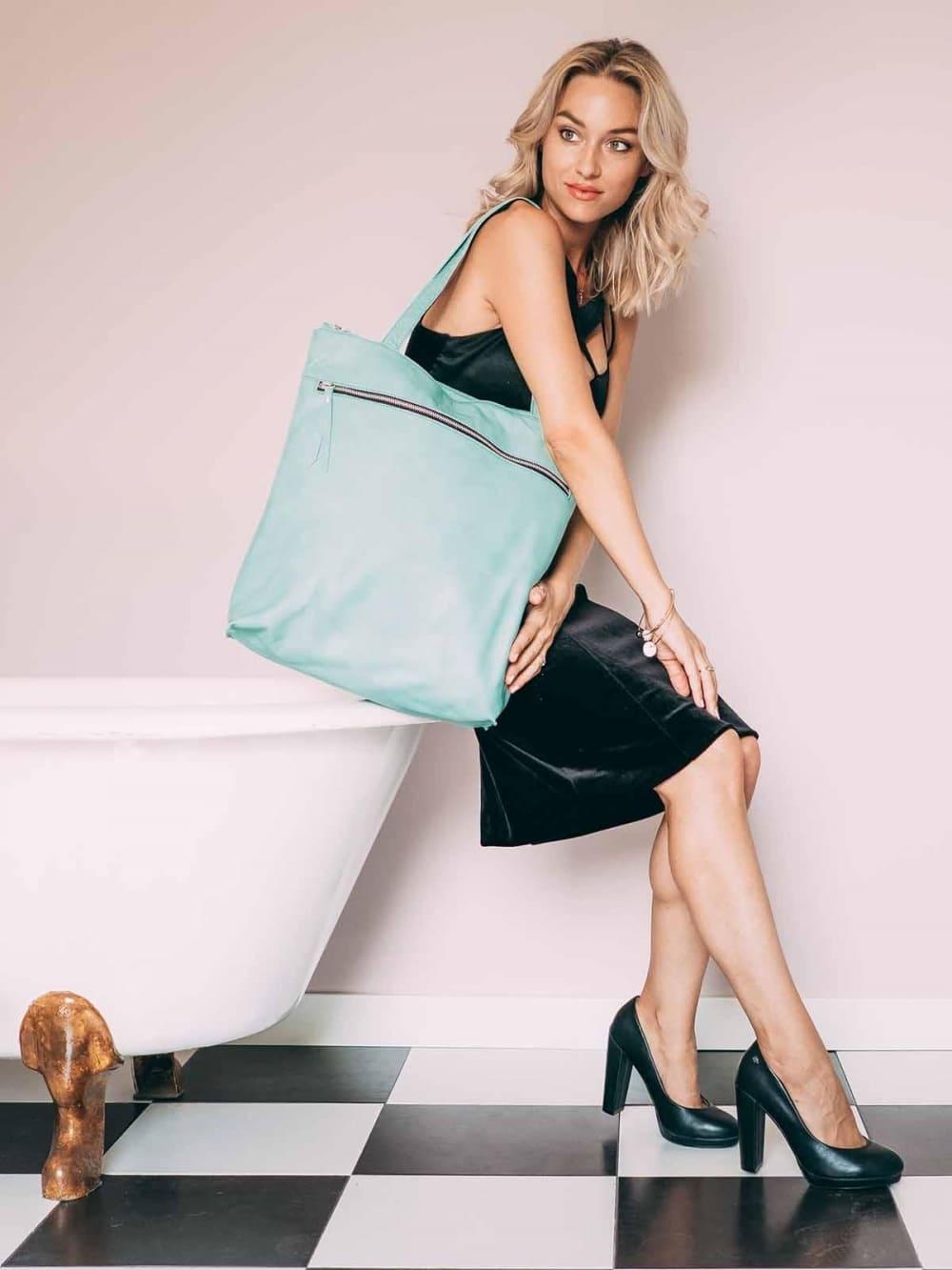 Bolsos y mochilas personalizadas para entregar como regalo, un obsequio ideal para eventos corporativos.