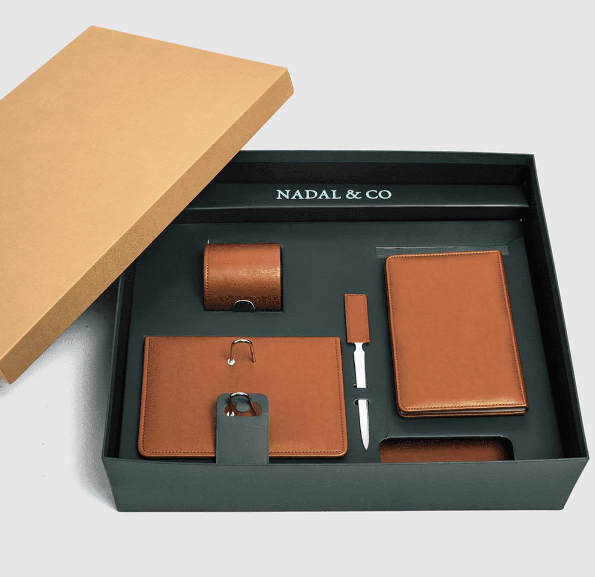 Vades para hacer regalos sorprendentes. Accesorios hechos en piel en España.